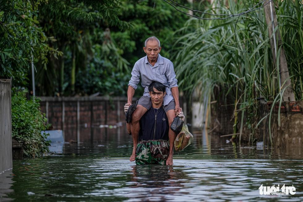 Ở rốn lũ Cẩm Xuyên: Nước rút, gầy dựng lại cuộc sống - Ảnh 1.
