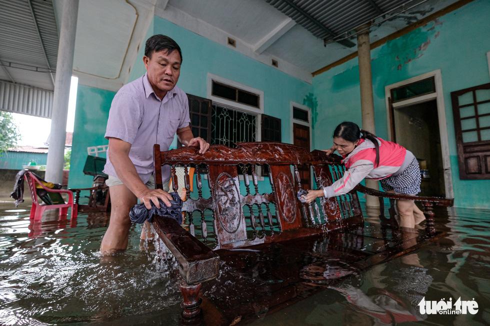 Ở rốn lũ Cẩm Xuyên: Nước rút, gầy dựng lại cuộc sống - Ảnh 11.