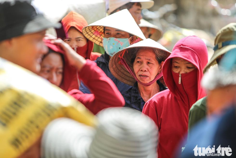 Thương người dân vùng lũ xếp hàng, nhường nhịn nhau nhận hàng cứu trợ - Ảnh 5.