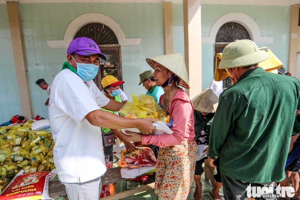 Thương người dân vùng lũ xếp hàng, nhường nhịn nhau nhận hàng cứu trợ - Ảnh 6.