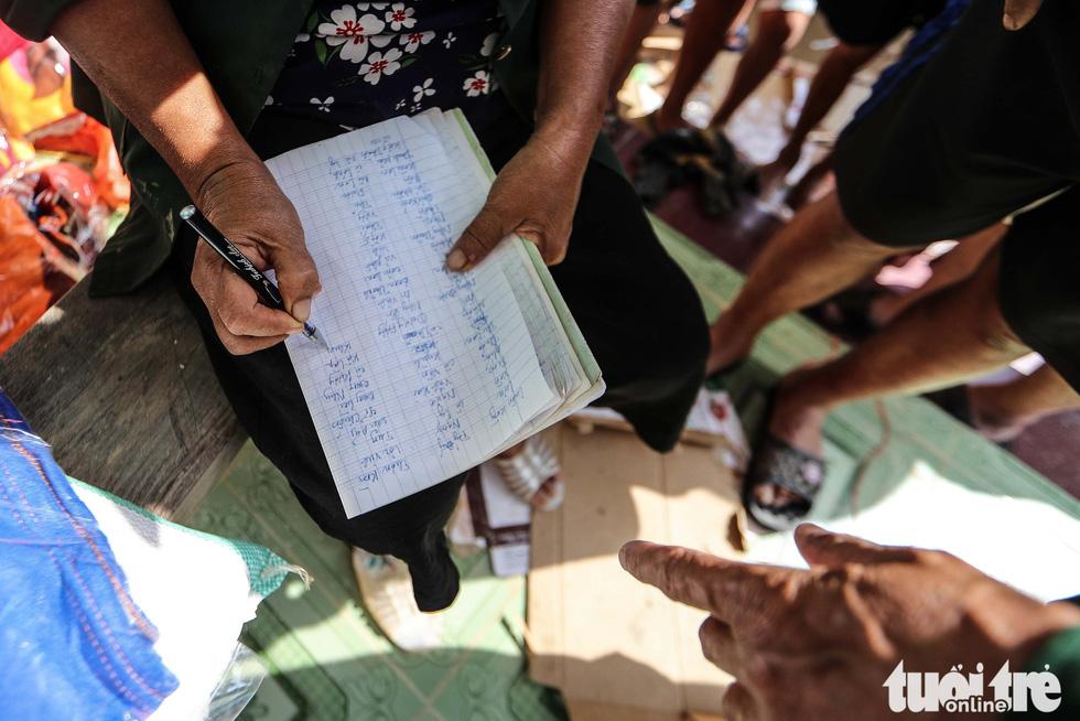 Thương người dân vùng lũ xếp hàng, nhường nhịn nhau nhận hàng cứu trợ - Ảnh 8.
