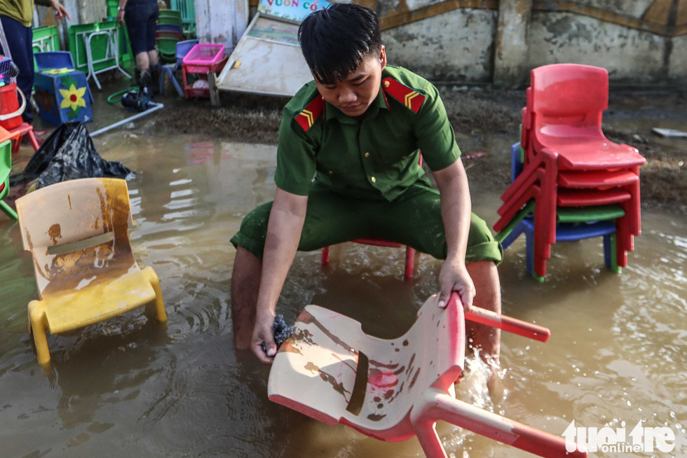 Cả đoàn xe chở cảnh sát cơ động tỏa vào vùng lũ quét dọn, hút nước giúp dân - Ảnh 7.