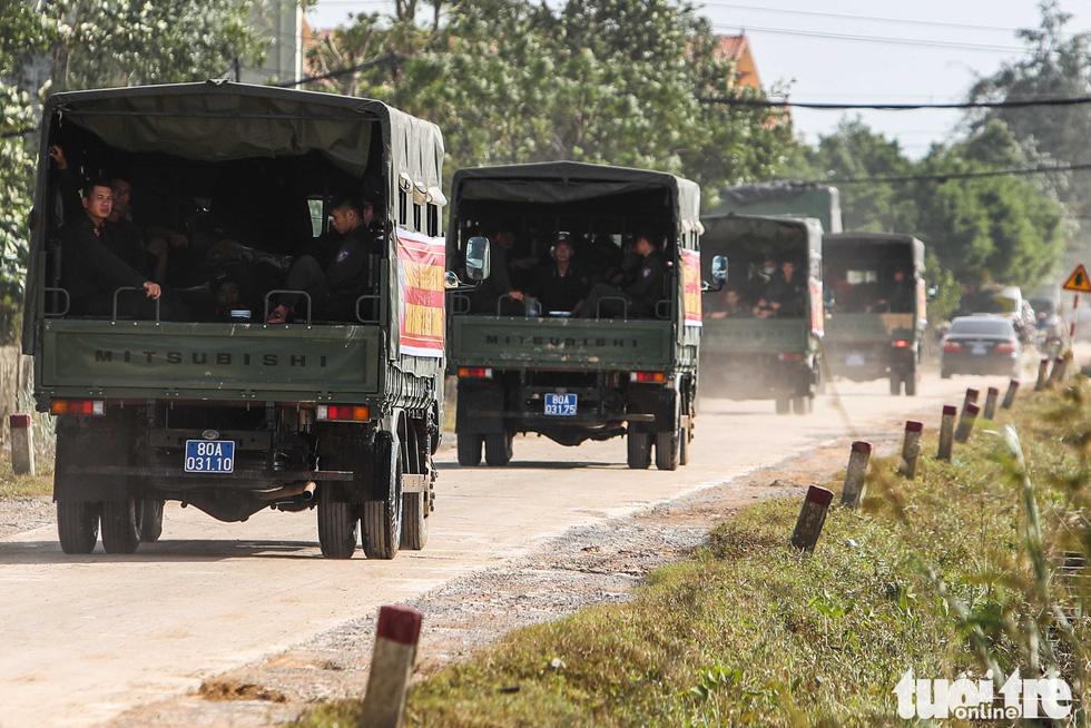 Cả đoàn xe chở cảnh sát cơ động tỏa vào vùng lũ quét dọn, hút nước giúp dân - Ảnh 8.