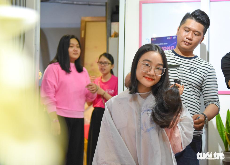 Cảm động bạn trẻ Sài Gòn 'cắt phăng' mái tóc gửi tặng bệnh nhân ung thư - Ảnh 1.