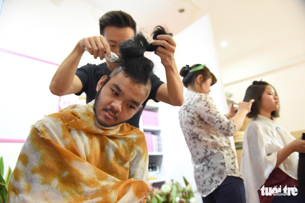 Cảm động bạn trẻ Sài Gòn 'cắt phăng' mái tóc gửi tặng bệnh nhân ung thư - Ảnh 3.