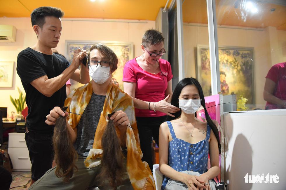 Cảm động bạn trẻ Sài Gòn 'cắt phăng' mái tóc gửi tặng bệnh nhân ung thư - Ảnh 7.