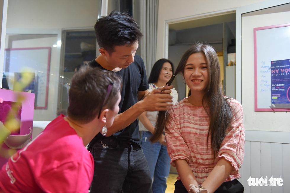 Cảm động bạn trẻ Sài Gòn 'cắt phăng' mái tóc gửi tặng bệnh nhân ung thư - Ảnh 4.