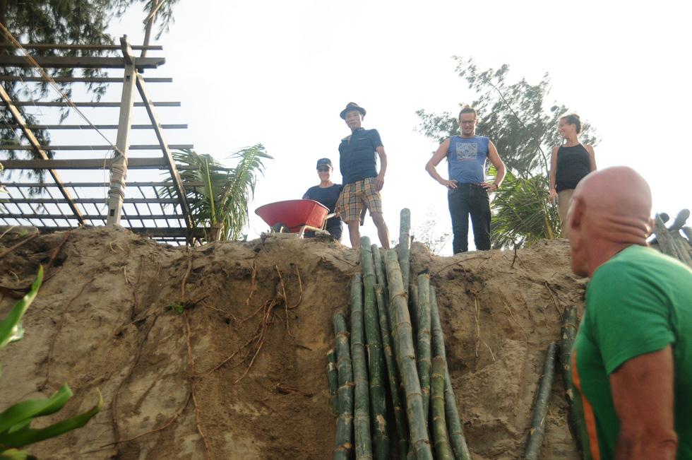 Hàng chục khách Tây vác cát, đắp đê cùng người Hội An giữ bờ biển - Ảnh 6.