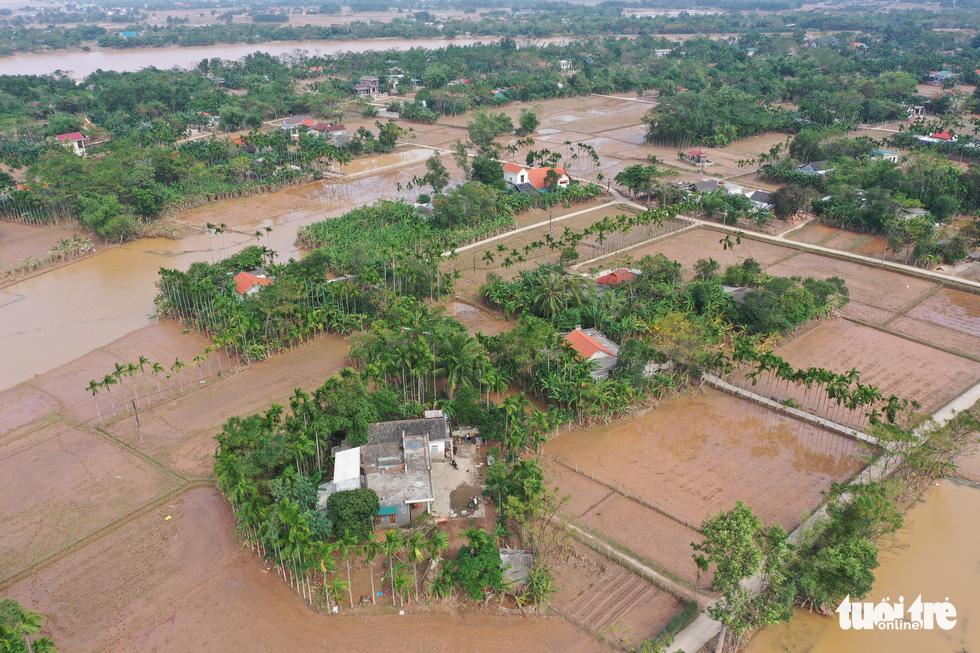 Hình ảnh thôn xóm miền Trung phủ đầy bùn nhìn từ trên cao - Ảnh 4.