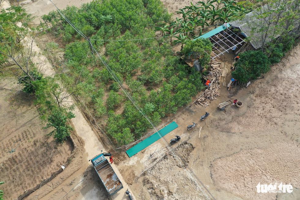 Hình ảnh thôn xóm miền Trung phủ đầy bùn nhìn từ trên cao - Ảnh 9.