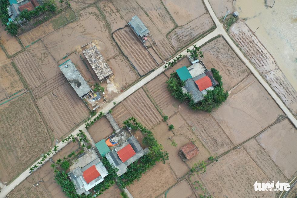 Hình ảnh thôn xóm miền Trung phủ đầy bùn nhìn từ trên cao - Ảnh 5.