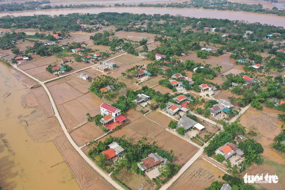 Hình ảnh thôn xóm miền Trung phủ đầy bùn nhìn từ trên cao - Ảnh 2.