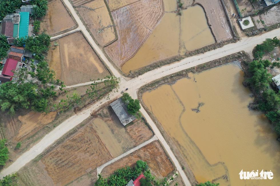 Hình ảnh thôn xóm miền Trung phủ đầy bùn nhìn từ trên cao - Ảnh 6.