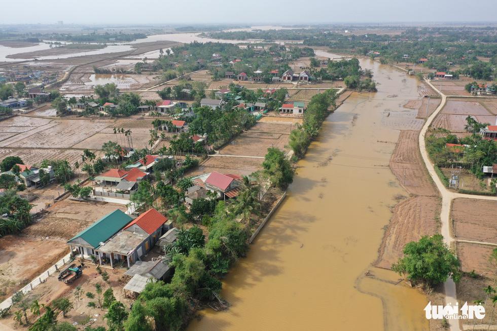 Hình ảnh thôn xóm miền Trung phủ đầy bùn nhìn từ trên cao - Ảnh 10.