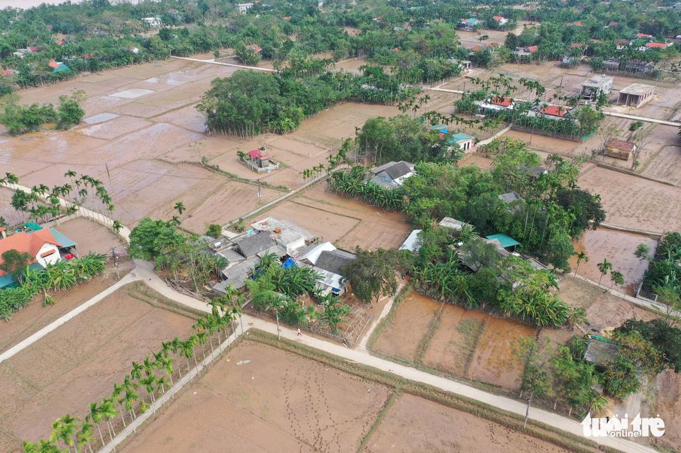 Hình ảnh thôn xóm miền Trung phủ đầy bùn nhìn từ trên cao - Ảnh 11.
