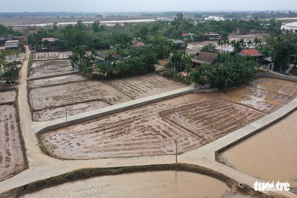 Hình ảnh thôn xóm miền Trung phủ đầy bùn nhìn từ trên cao - Ảnh 8.