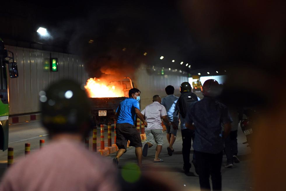 Hàng trăm người diễn tập xe bốc cháy gây tai nạn liên hoàn tại hầm Thủ Thiêm - Ảnh 1.
