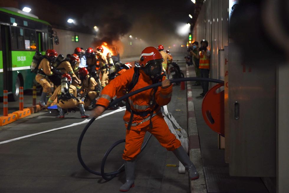 Hàng trăm người diễn tập xe bốc cháy gây tai nạn liên hoàn tại hầm Thủ Thiêm - Ảnh 5.