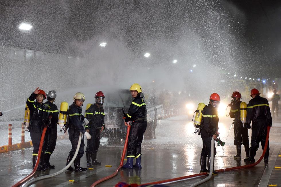 Hàng trăm người diễn tập xe bốc cháy gây tai nạn liên hoàn tại hầm Thủ Thiêm - Ảnh 6.