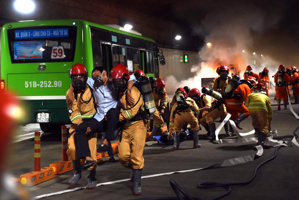 Hàng trăm người diễn tập xe bốc cháy gây tai nạn liên hoàn tại hầm Thủ Thiêm - Ảnh 7.