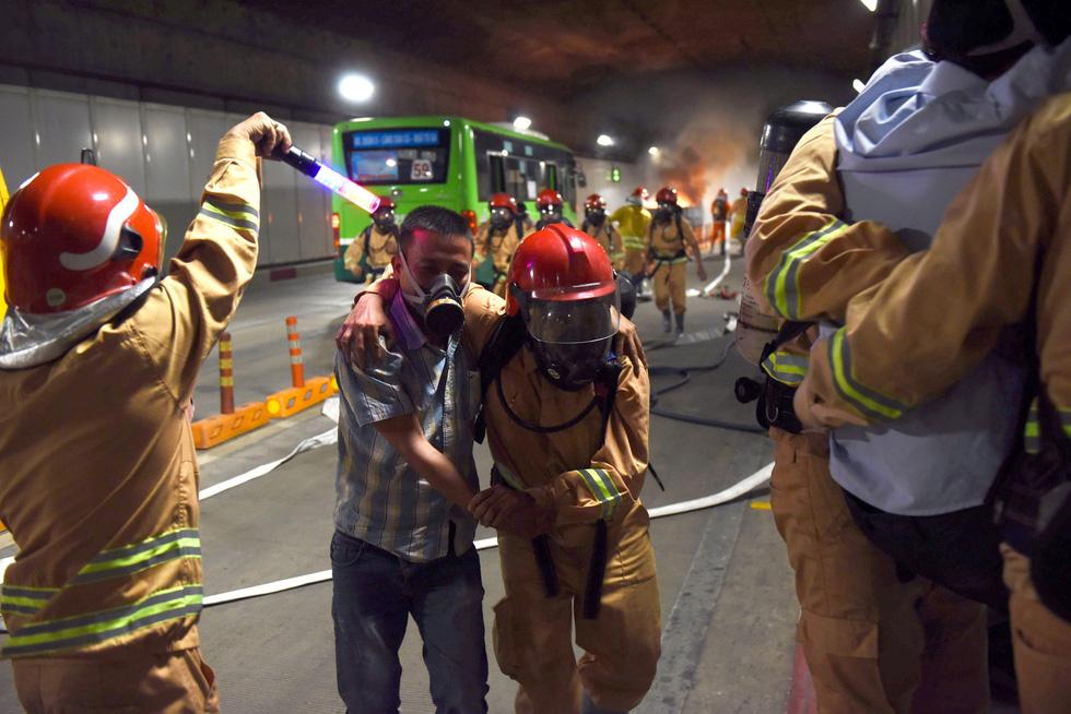 Hàng trăm người diễn tập xe bốc cháy gây tai nạn liên hoàn tại hầm Thủ Thiêm - Ảnh 9.