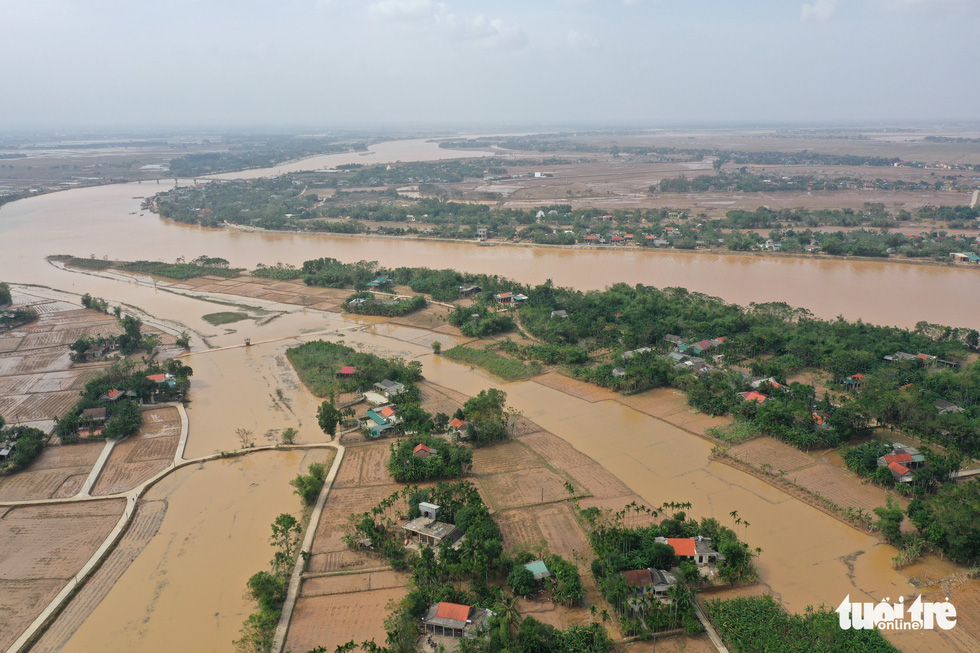 Hình ảnh thôn xóm miền Trung phủ đầy bùn nhìn từ trên cao - Ảnh 3.