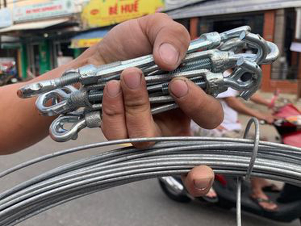 Người Đà Nẵng nháo nhào mua vật dụng chèn chống bão - Ảnh 6.