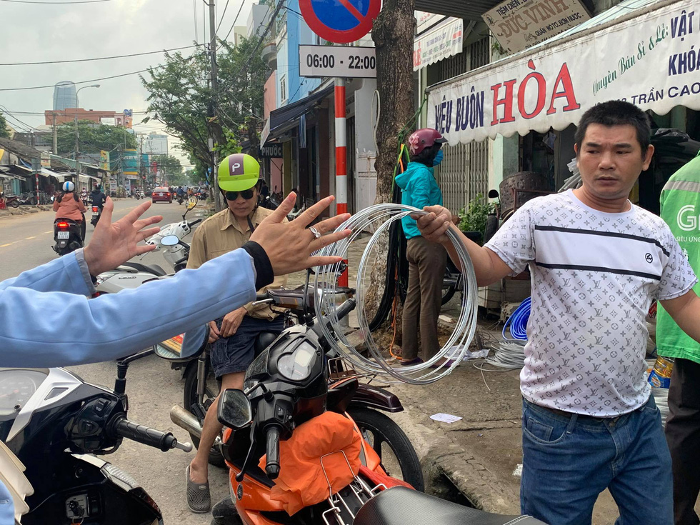 Người Đà Nẵng nháo nhào mua vật dụng chèn chống bão - Ảnh 2.