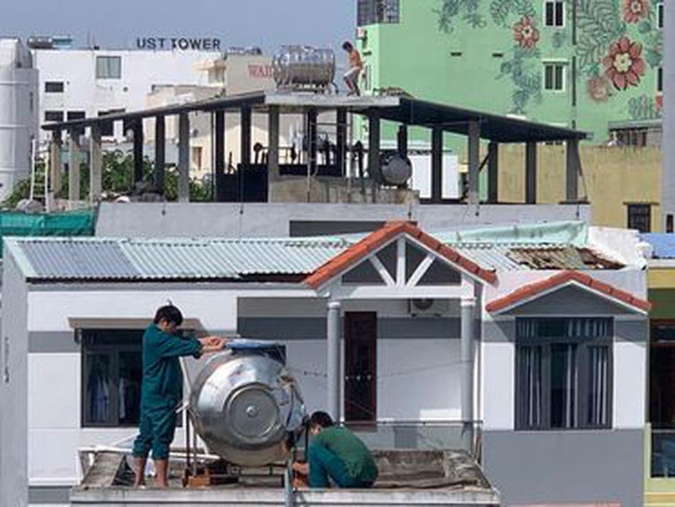 Người Đà Nẵng nháo nhào mua vật dụng chèn chống bão - Ảnh 14.
