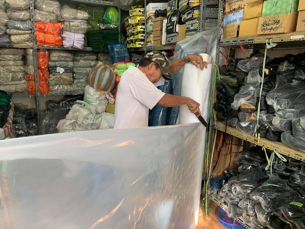 Người Đà Nẵng nháo nhào mua vật dụng chèn chống bão - Ảnh 3.