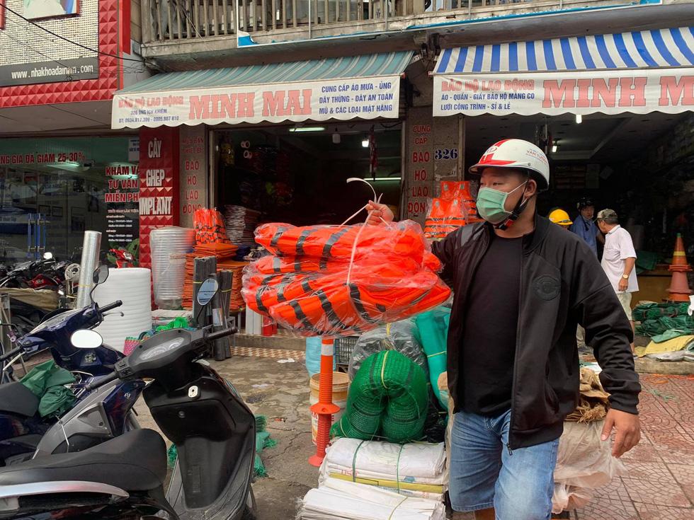 Người Đà Nẵng nháo nhào mua vật dụng chèn chống bão - Ảnh 4.