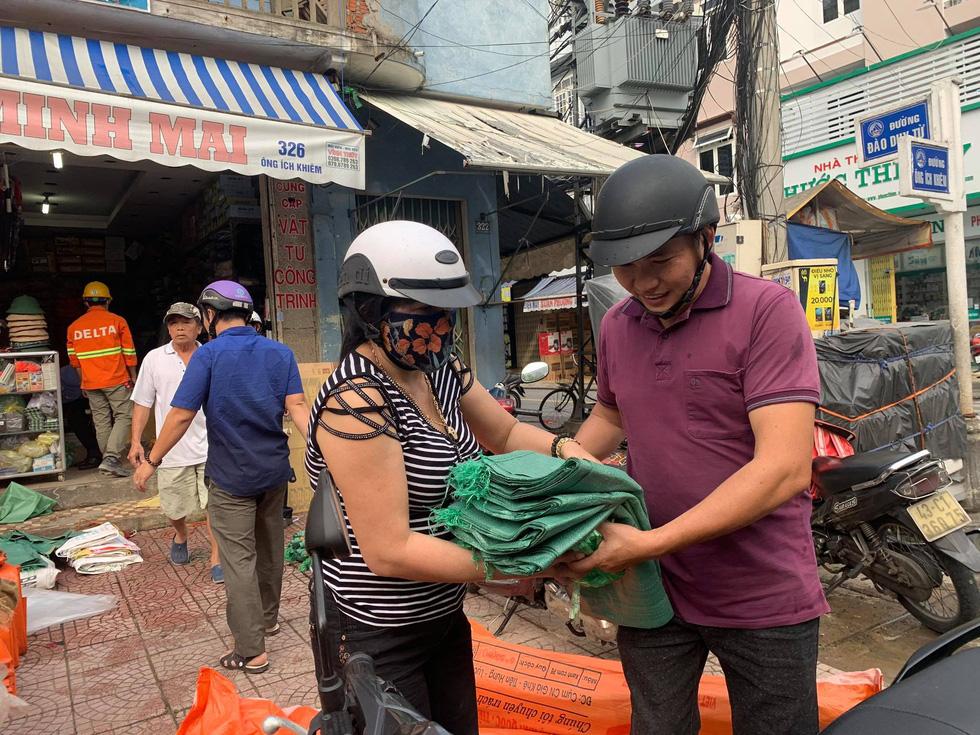 Người Đà Nẵng nháo nhào mua vật dụng chèn chống bão - Ảnh 5.