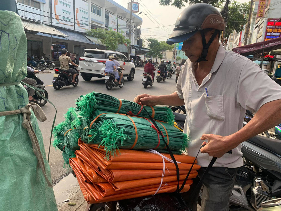 Người Đà Nẵng nháo nhào mua vật dụng chèn chống bão - Ảnh 7.
