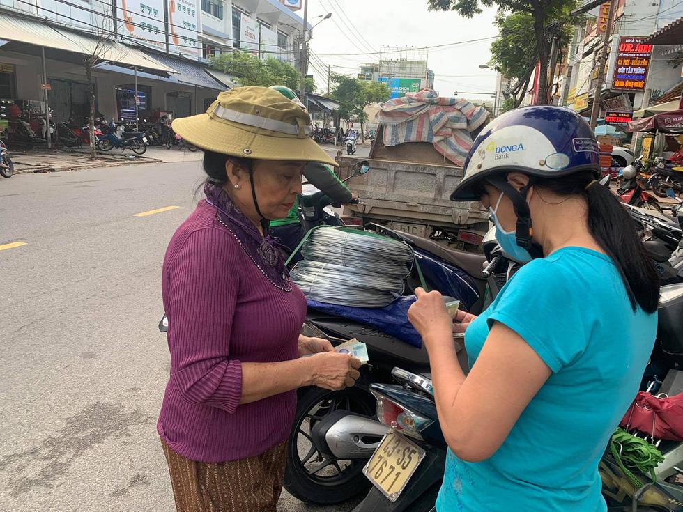 Người Đà Nẵng nháo nhào mua vật dụng chèn chống bão - Ảnh 8.