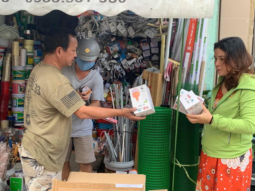 Người Đà Nẵng nháo nhào mua vật dụng chèn chống bão - Ảnh 9.
