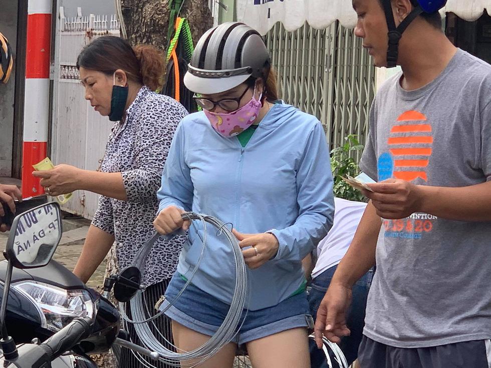 Người Đà Nẵng nháo nhào mua vật dụng chèn chống bão - Ảnh 10.