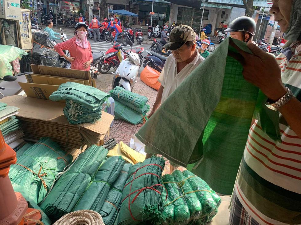 Người Đà Nẵng nháo nhào mua vật dụng chèn chống bão - Ảnh 13.