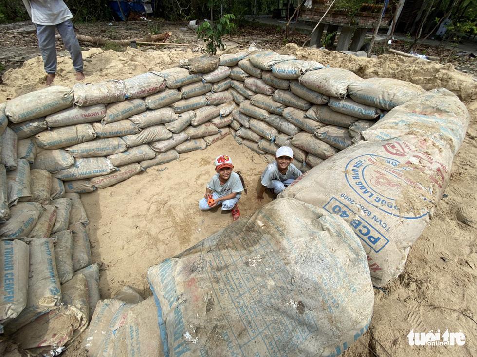 Người dân ven biển đào hầm tránh bão số 9 - Ảnh 7.