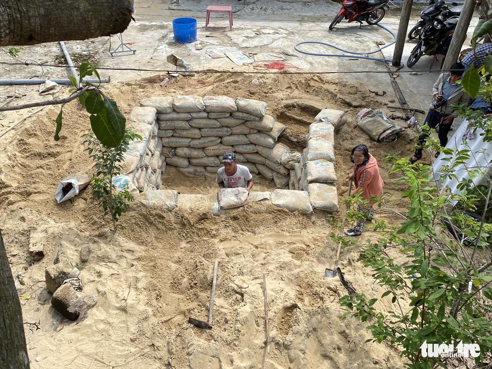 Người dân ven biển đào hầm tránh bão số 9 - Ảnh 2.