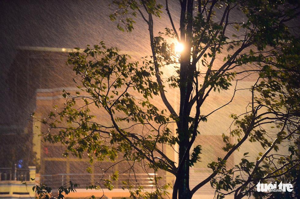 Miền Trung trắng đêm đón bão - Ảnh 5.