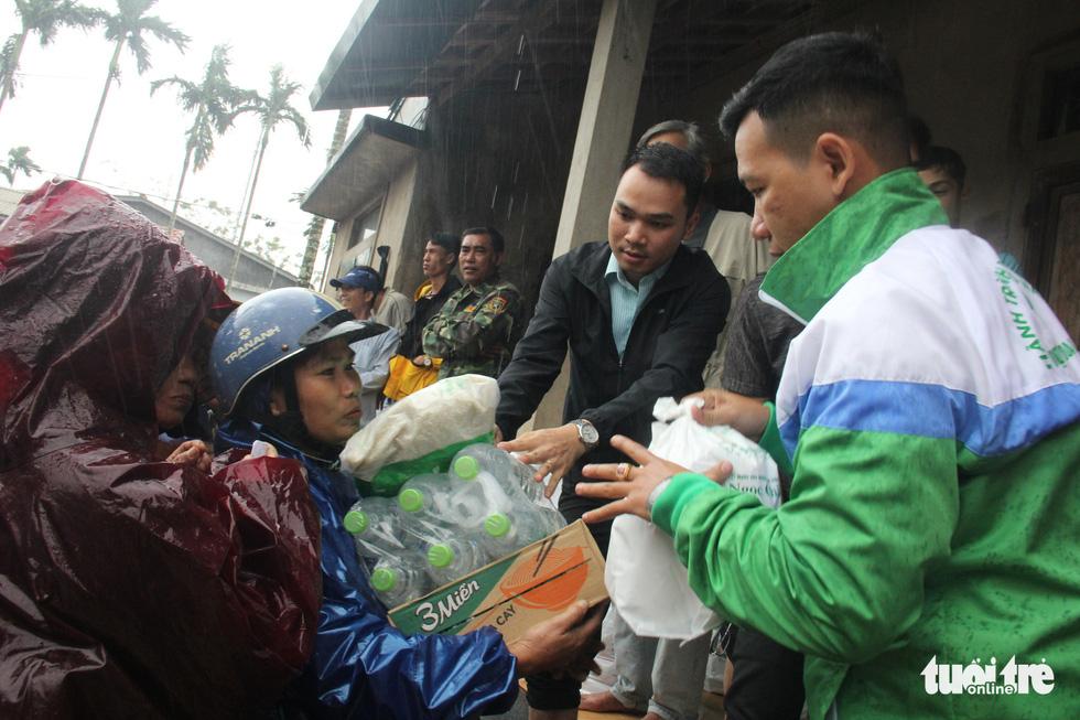 1.500 suất quà về kịp trước ngày nước lên ở vùng lụt Quảng Trị - Ảnh 4.