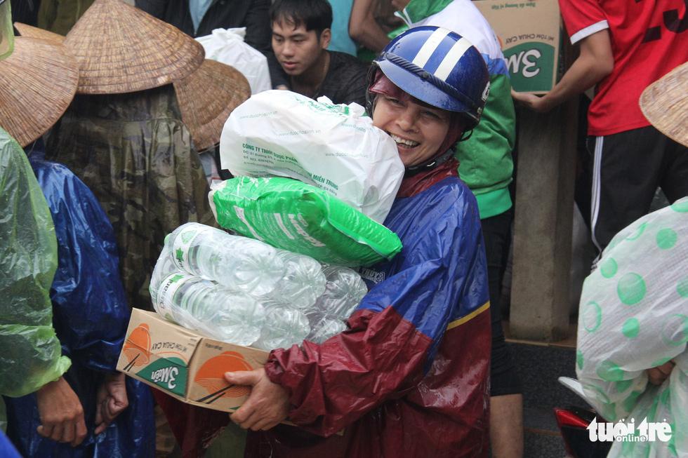 1.500 suất quà về kịp trước ngày nước lên ở vùng lụt Quảng Trị - Ảnh 5.