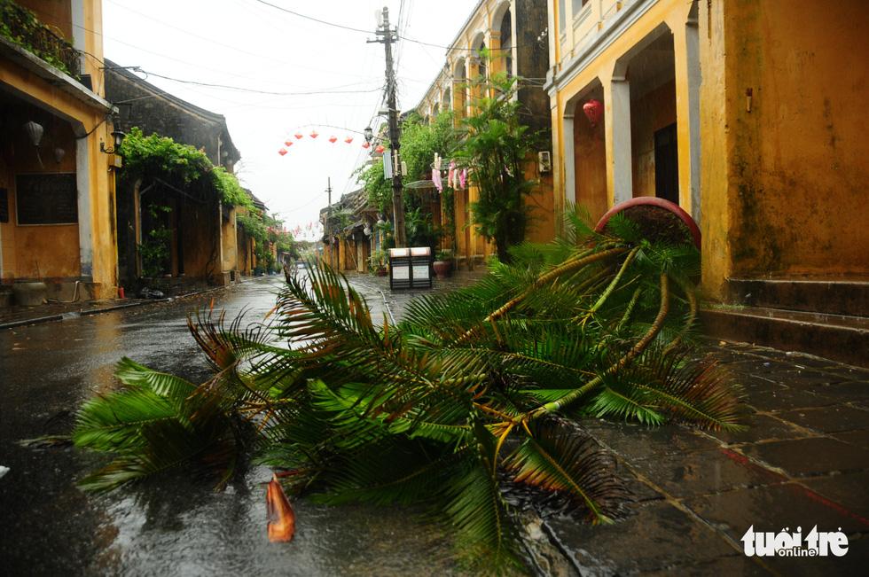 Nước biển tràn vào Cù Lao Chàm, phố cổ Hội An run rẩy trong bão - Ảnh 11.