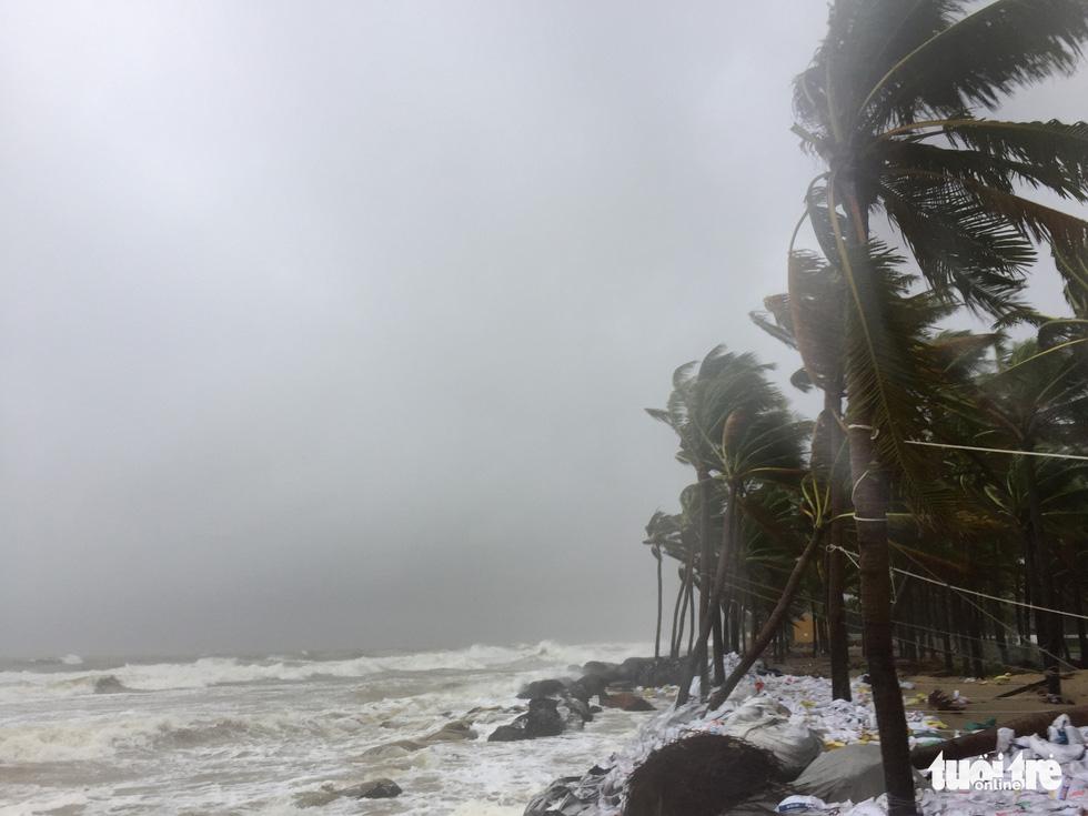 Nước biển tràn vào Cù Lao Chàm, phố cổ Hội An run rẩy trong bão - Ảnh 13.