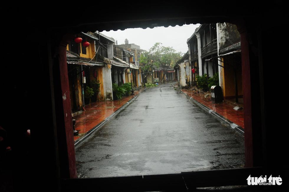 Nước biển tràn vào Cù Lao Chàm, phố cổ Hội An run rẩy trong bão - Ảnh 3.