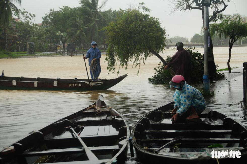 Nước biển tràn vào Cù Lao Chàm, phố cổ Hội An run rẩy trong bão - Ảnh 4.