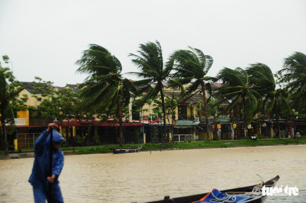 Nước biển tràn vào Cù Lao Chàm, phố cổ Hội An run rẩy trong bão - Ảnh 5.