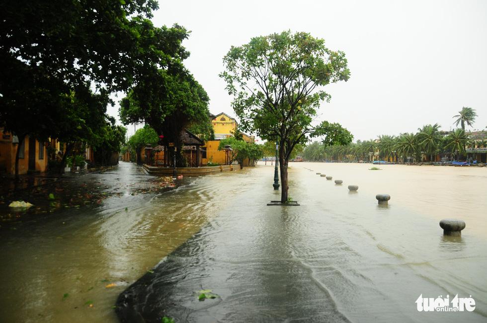 Nước biển tràn vào Cù Lao Chàm, phố cổ Hội An run rẩy trong bão - Ảnh 6.
