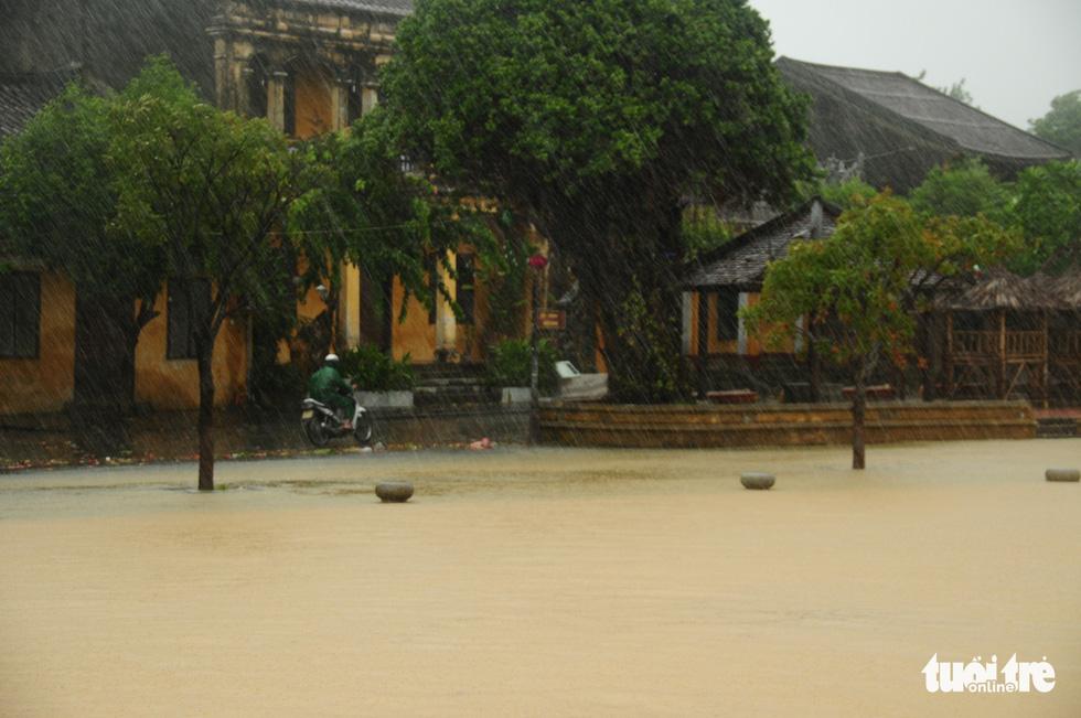 Nước biển tràn vào Cù Lao Chàm, phố cổ Hội An run rẩy trong bão - Ảnh 7.