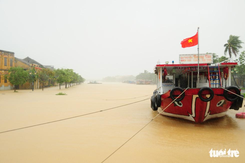 Nước biển tràn vào Cù Lao Chàm, phố cổ Hội An run rẩy trong bão - Ảnh 9.